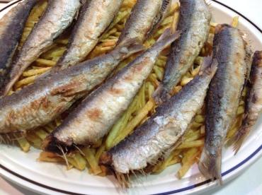 Sardinas sobre patatines